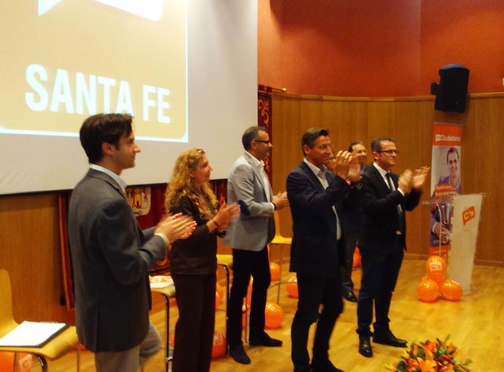 Luis Salvador y Gustavo Rodríguez, esta tarde, acompañados por algunos de los miembros de la lista de C's de Santa Fe
