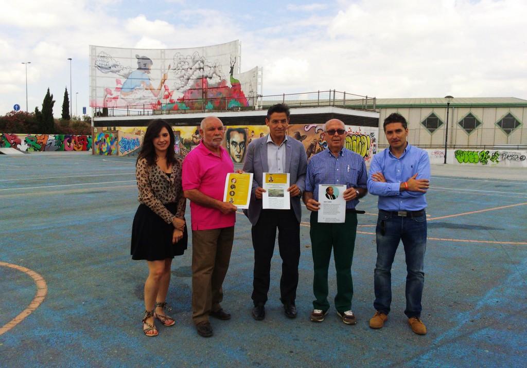 Luis Salvador, junto a algunos de los vecinos de la Plataforma contra el Botellódromo