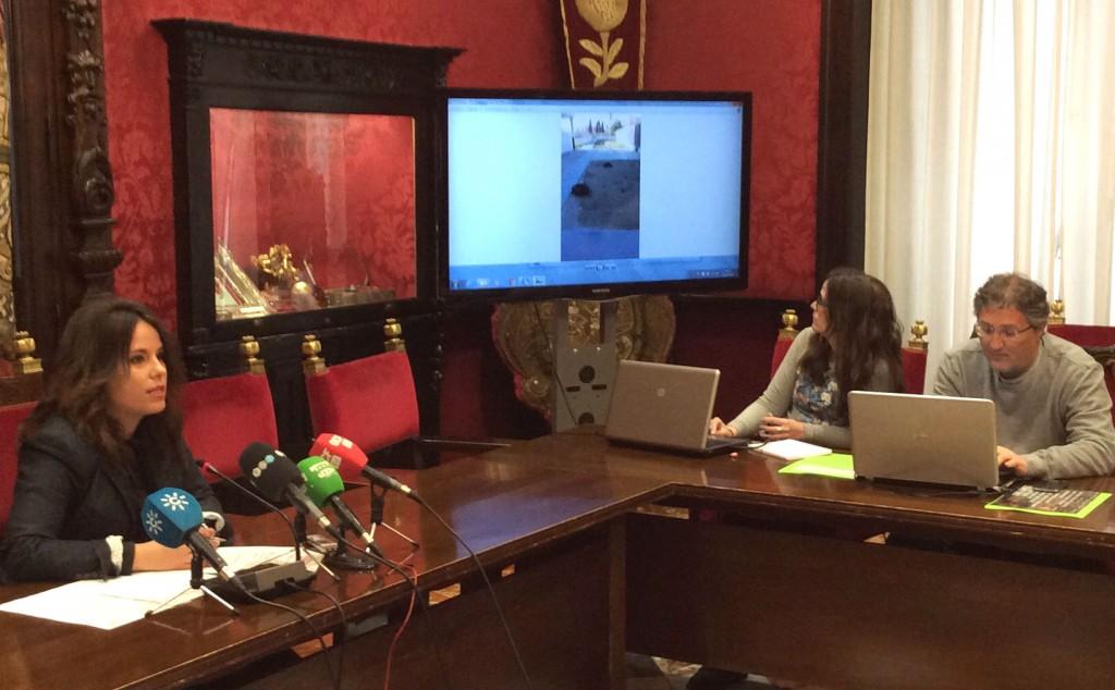 La concejal Lorena Rodríguez muestra imágenes del colegio público Elena Martín Vivaldi