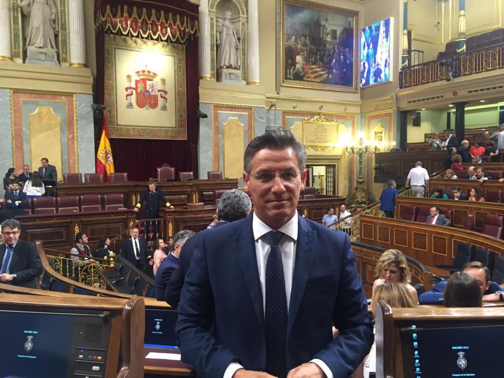 Luis Salvador, en el pleno de constitución de las Cortes