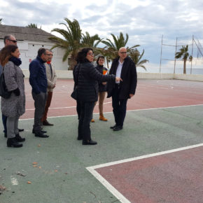 Ciudadanos Almuñécar-La Herradura denuncia el lamentable estado de la pista polideportiva de la playa, donde los alumnos del IES Villanueva del Mar realizan sus actividades físicas